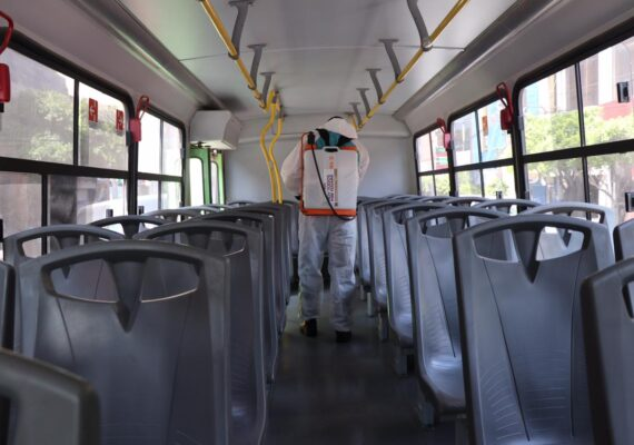 Sanitizan unidades de transporte público en Tijuana