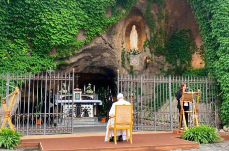 El Papa pone en manos de la Virgen a la humanidad golpeada por el coronavirus