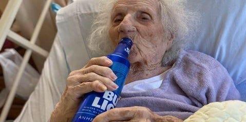 Una mujer de 103 años celebra con una cerveza que se recuperó del covid-19