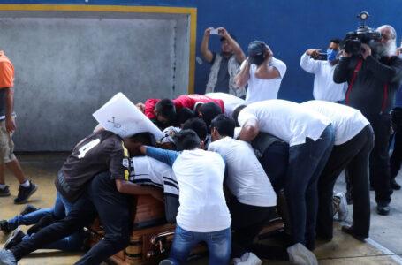 Amigos recrean un gol con el ataúd de un joven futbolista que murió baleado en México (VIDEO)