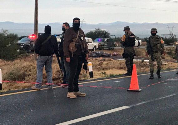 Reportan hallazgo de por lo menos 18 cadáveres apilados en una carretera en Zacatecas