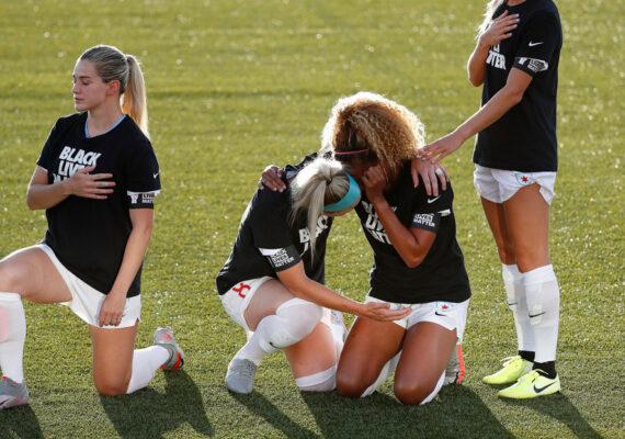 VIDEO: Dos jugadoras de fútbol lloran abrazadas durante una protesta contra el racismo