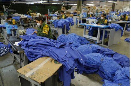 Fabrican soldados uniformes de médicos