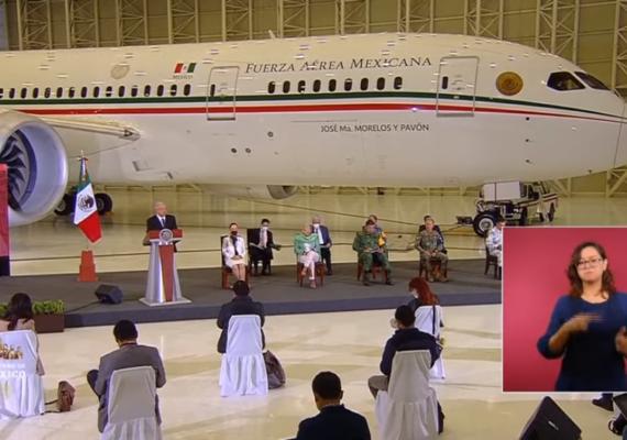 Realiza AMLO «mañanera» desde hangar presidencial