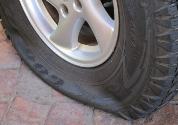 Detienen a un hombre que pinchó más de 1.000 neumáticos para encontrar pareja