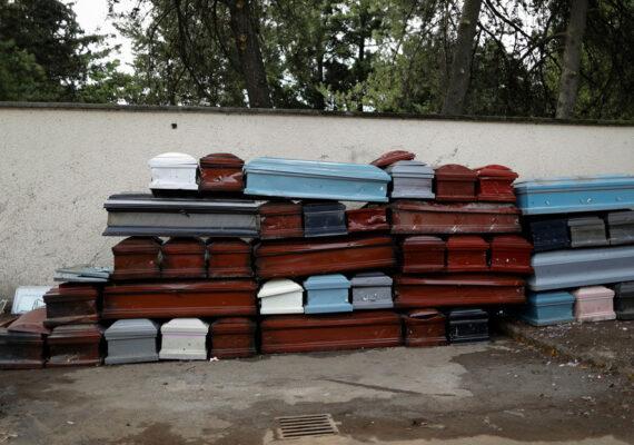 Incrementan la producción de ataúdes en México por la alta demanda en medio de la pandemia