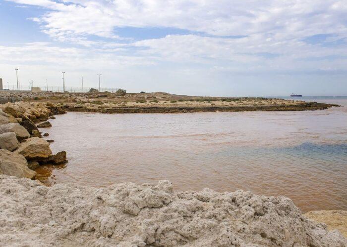 Refinería francesa derrama un producto químico tóxico en el Mediterráneo