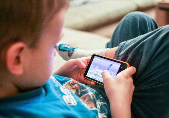 Una mujer estrangula a su hijo de 11 años en Brasil por jugar con su teléfono hasta altas horas de la noche