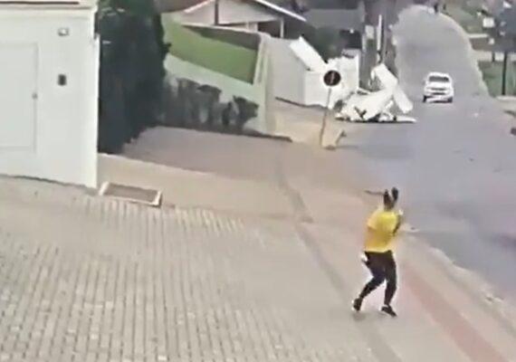 VIDEO: Momento en que una avioneta se desploma en una transitada calle de Brasil