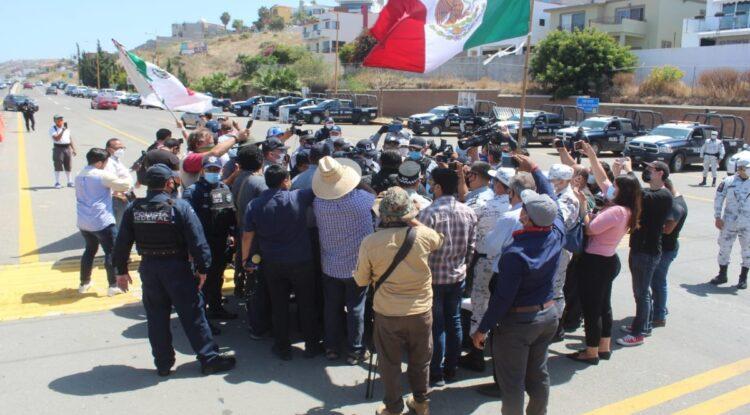 Acusa Bonilla a gobierno federal de agredir manifestantes en caseta de Playas