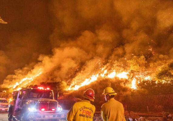 Avanzan los incendios forestales en California
