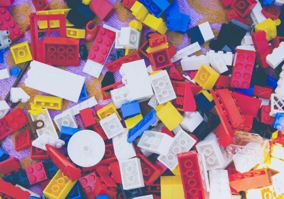 A un niño se le cae de la nariz una pieza de Lego que había perdido dos años antes