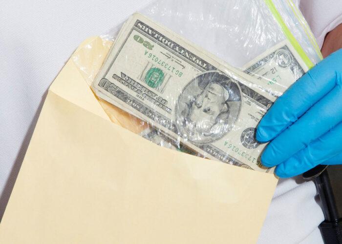 Encuentra un sobre con 1.800 dólares y lo devuelve a su dueño