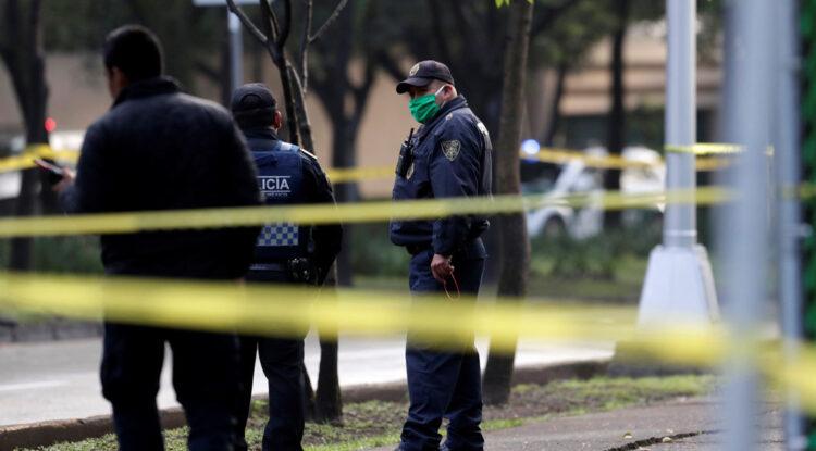 Hombre defiende a su novia de cinco acosadores y es asesinado por la espalda