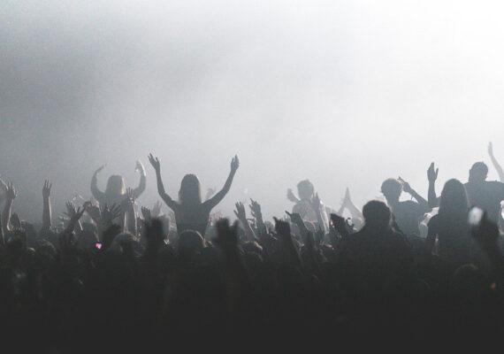 Investigan a un DJ español que escupió alcohol sobre los asistentes a una fiesta en la que no hubo medidas de seguridad frente al coronavirus