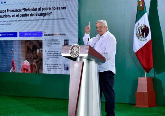 """López Obrador responde a las críticas citando al papa Francisco: """"Defender al pobre no es ser comunista"""""""