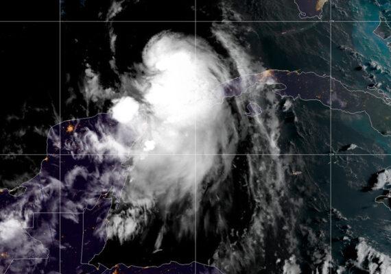 La tormenta tropical Laura se convierte en un huracán a su entrada en el Golfo de México