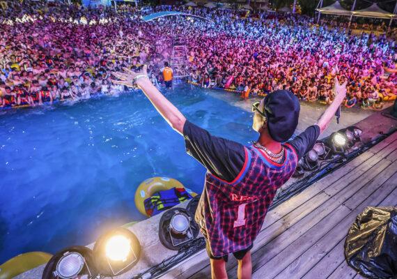 Miles de personas se reúnen en una fiesta en un parque acuático en la ciudad china de Wuhan, el epicentro del coronavirus