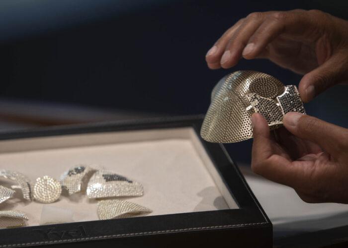 Muestran la mascarilla contra el coronavirus más cara del mundo, hecha con 3.600 diamantes