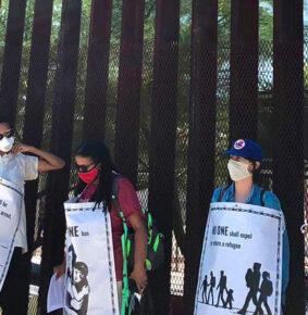 «No somos criminales»: migrantes protestan en el muro entre México y EE.UU. contra las políticas de Trump