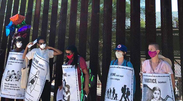"""""""No somos criminales"""": migrantes protestan en el muro entre México y EE.UU. contra las políticas de Trump"""