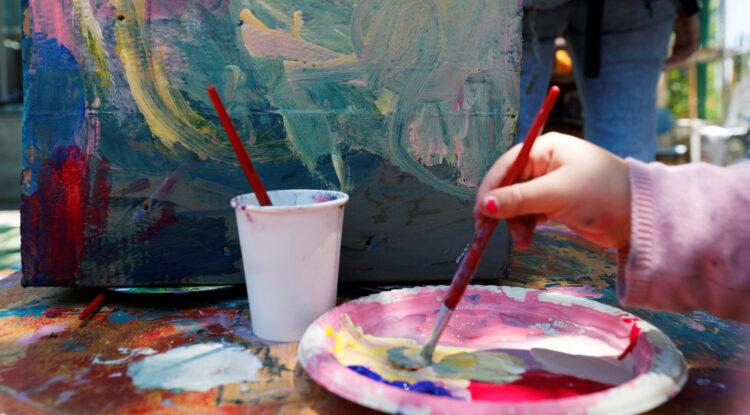 Una niña de 10 años recauda más de 65.000 dólares con sus pinturas y dona el dinero a organizaciones caritativas