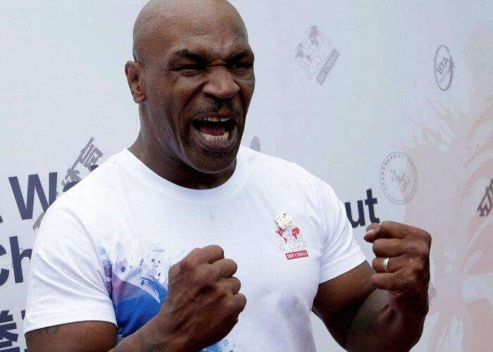VIDEO: Mike Tyson logra inmovilizar a un tiburón con sus propias manos tras ser sumergido en el mar