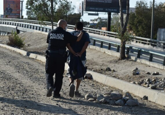 Detienen a 95 en operativos en San Ysidro y Otay
