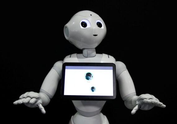 Desarrollan un androide que detecta a las personas que no usan cubrebocas y les pide amablemente que lo hagan