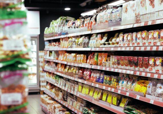 Destroza un supermercado con un hacha y alienta a los presentes a llevarse los bienes gratis
