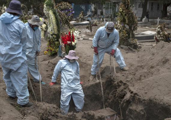 FOTO: Imágenes aéreas muestran cómo la pandemia de coronavirus llena un cementerio mexicano en los últimos tres meses