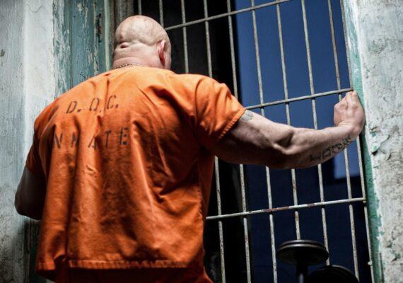 Liberan a un hombre inocente que pasó 37 años en prisión acusado de violar y asesinar a una mujer en EE.UU.