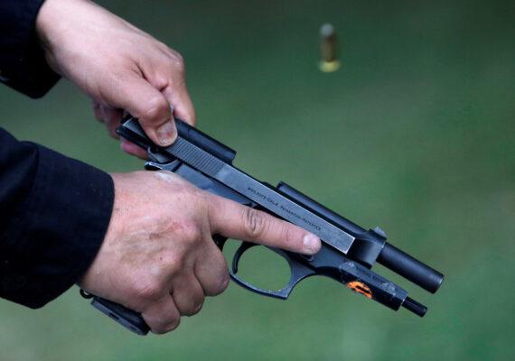 Un policía dispara su arma en aparente estado de ebriedad durante una pelea