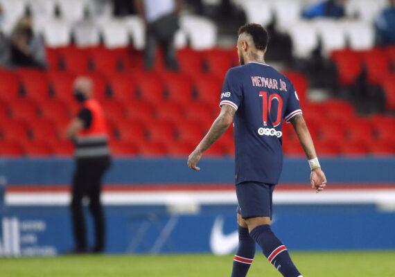 Una tienda del Olympique de Marsella usa como felpudo la camiseta de Neymar del PSG