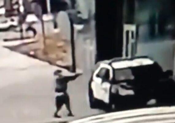 VIDEO: Momento en el que un hombre dispara a 2 ayudantes del sheriff en su coche patrulla sin ninguna razón aparente en Los Ángeles