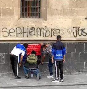 Hacen pintas en Palacio Nacional por Caso Ayotzinapa