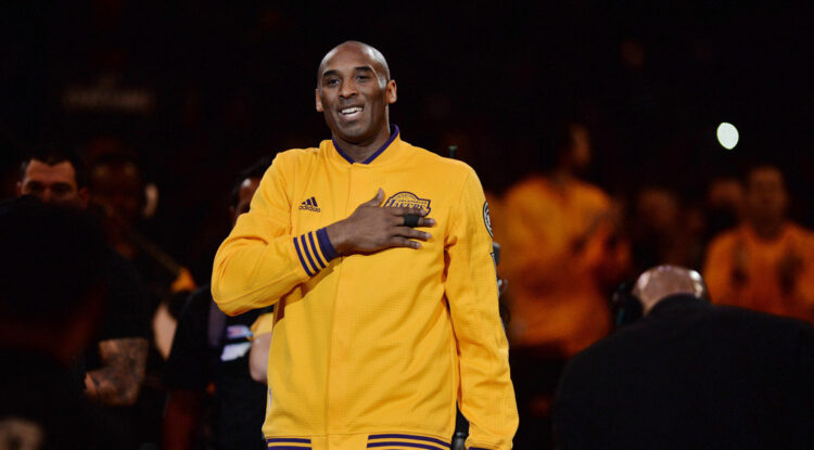 """Encuentran """"tesoros"""" de Kobe Bryant escondidos en un viejo ropero y los devuelven a su familia"""