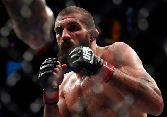 Peleador de UFC se arregla la nariz rota en plena lucha dejando boquiabierto a su rival