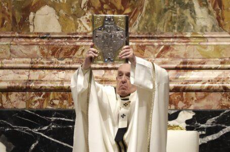 El Papa celebra Misa de Jueves Santo con cardenal cuestionado por lío financiero