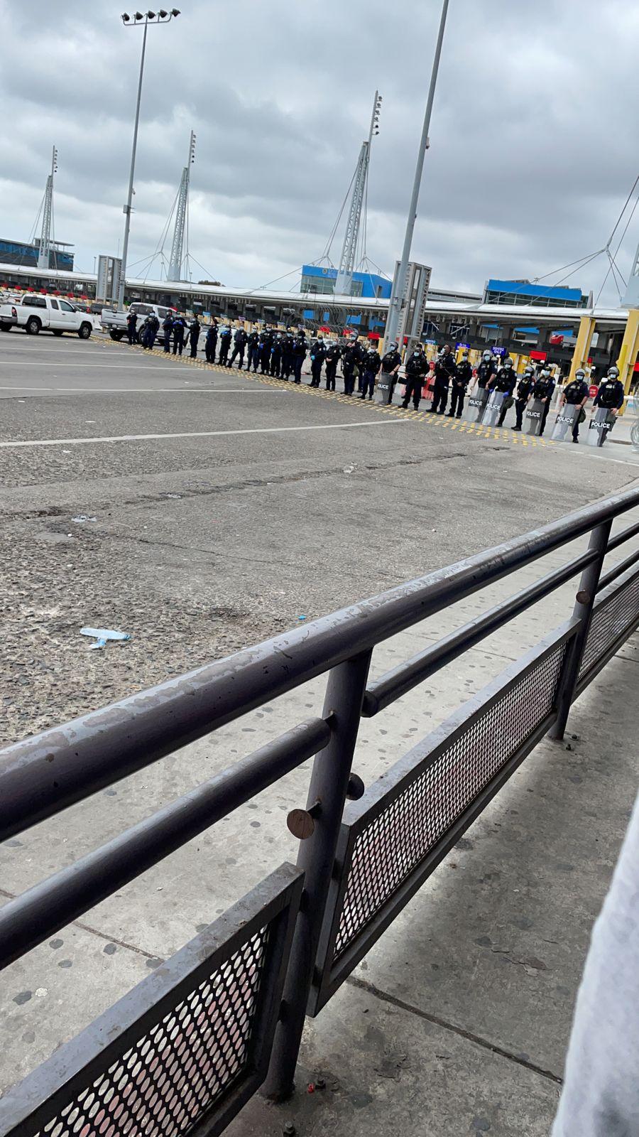 Migrantes se manifiestan en garita de San Ysidro
