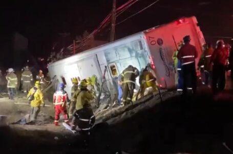 Prófugo conductor de autobús volcado en Rosarito