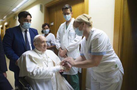 El papa sale del hospital, 10 días después de su operación