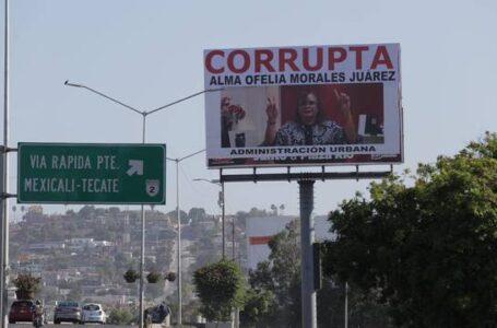 """Colocan espectacular contra funcionaria y la llaman """"corrupta"""""""